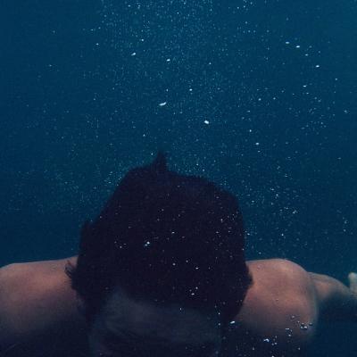 Ali lahko plavam v bazenu s kontaktnimi lečami?