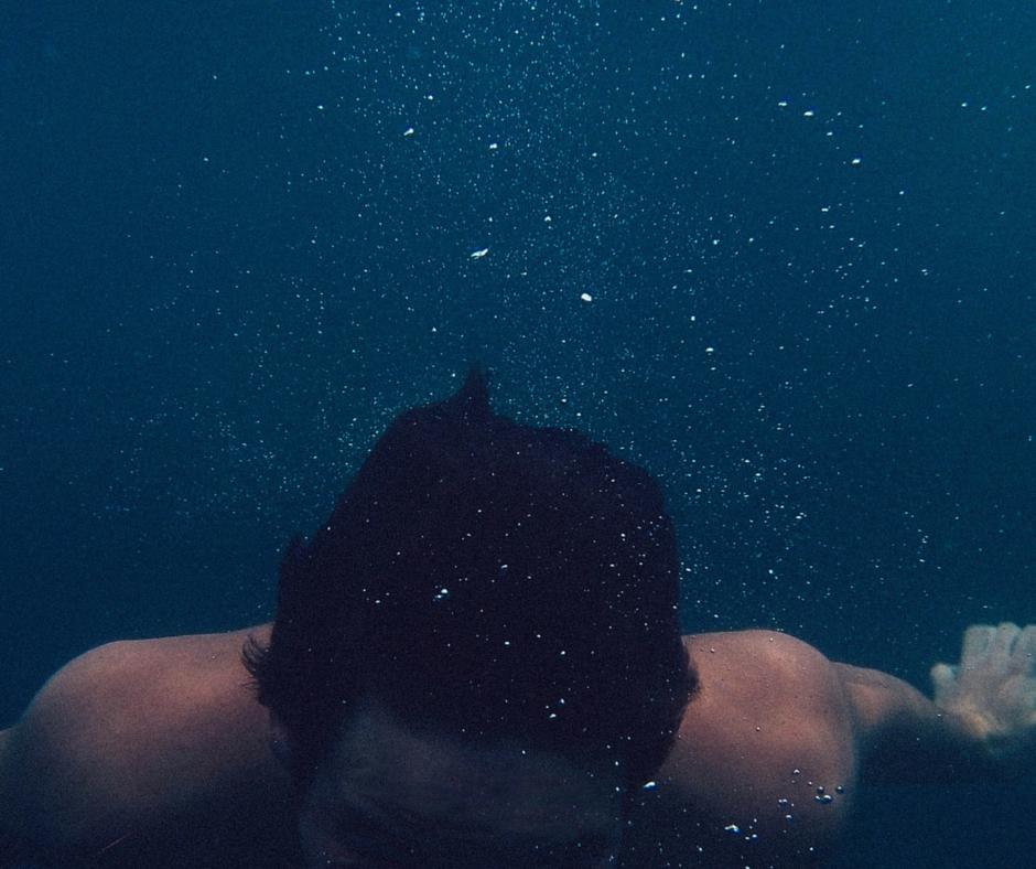 ali lahko plavam v bazenu s kontaktnimi lečami-